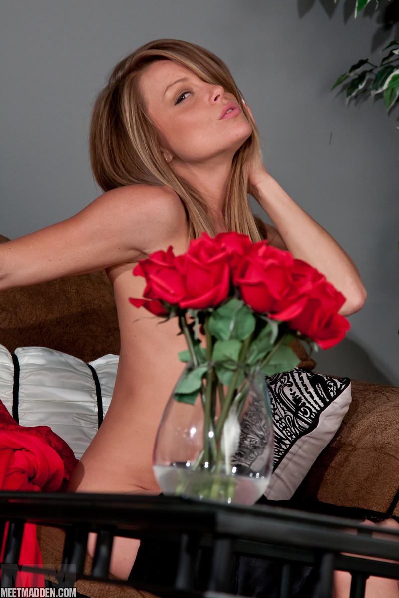 Красивая скромная студенточка Meet Madden в красивом белье