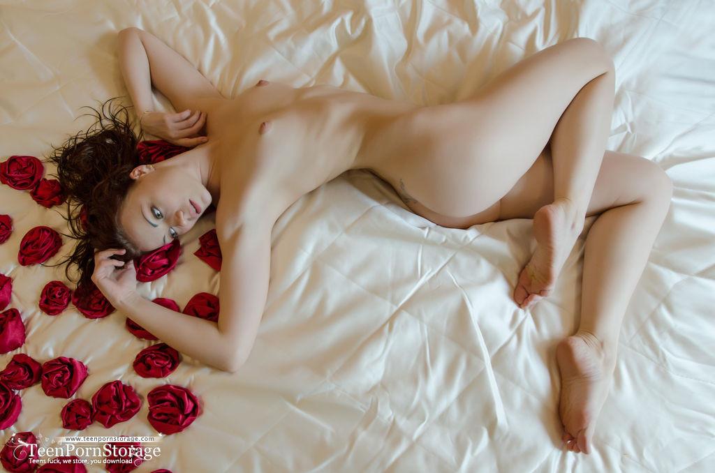 Обнаженная чика на лежанке с лепестками роз