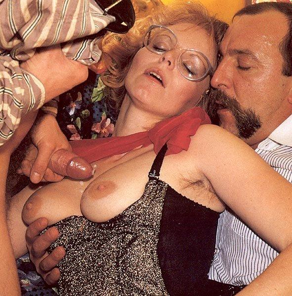 Одну даму в очках трахают во все отверстия, а она с наслаждением принимает в себя херы