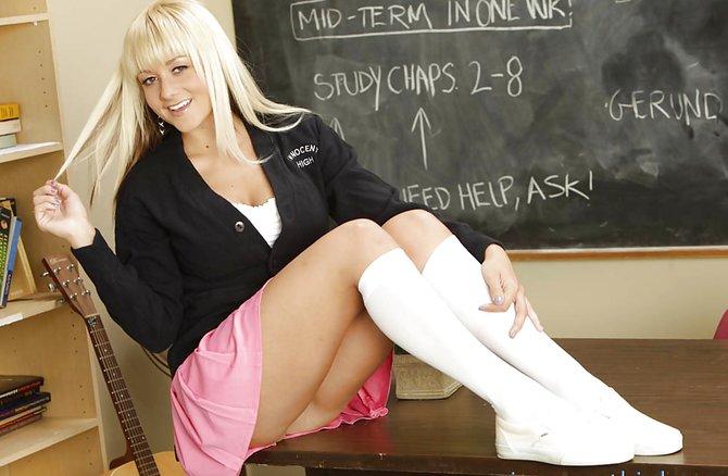 Юная блондинка стягивает бикини в классе у доски