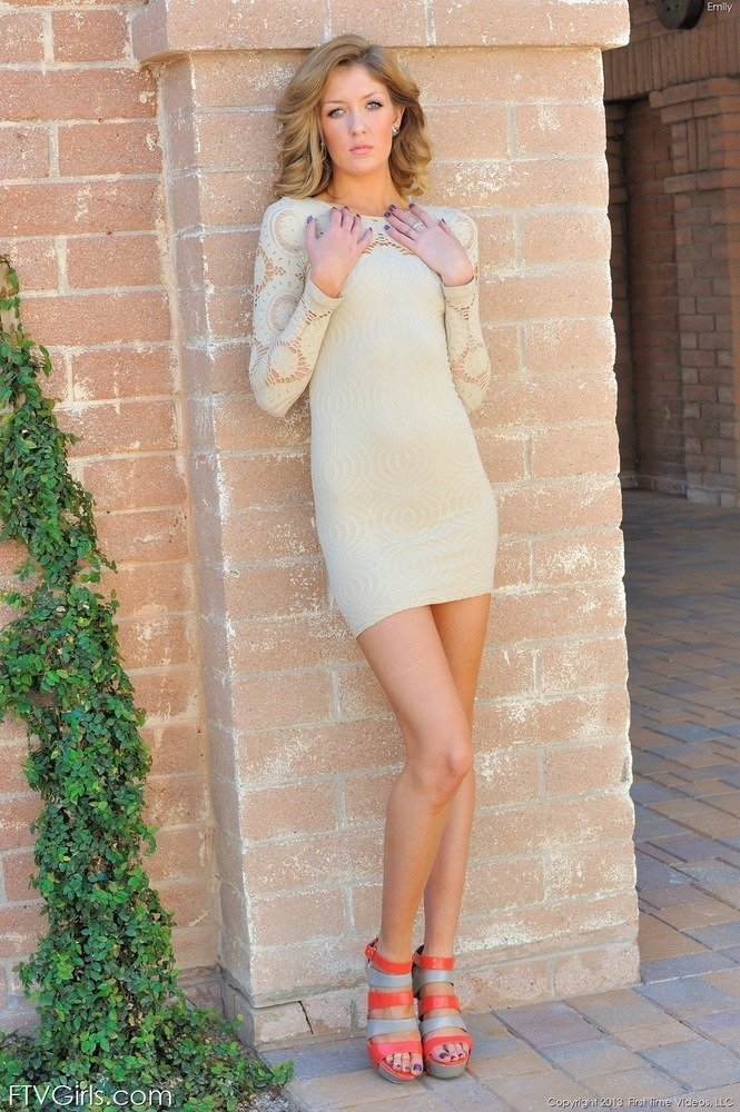 Нежная дама ходит по улицам города без нижнего белья, снимки получились чертовски эротические и не пошлые