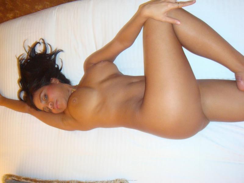 Загорелая брюнеточка хвастается бритой фигурой на кроватке