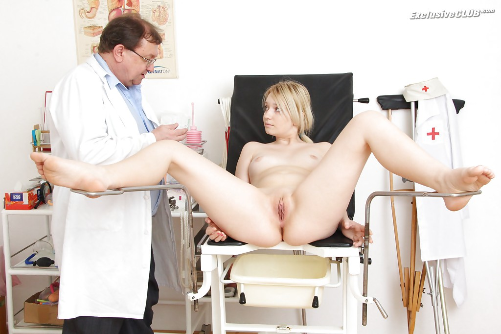Гинеколог теребонькает молоденькой блондинке в больнице