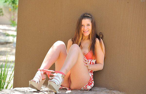 Молоденькая красавица спускает стринги на заднем дворе в комнате