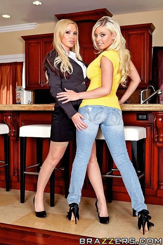 Порево с  2-мя блондинками с крупными сиськами