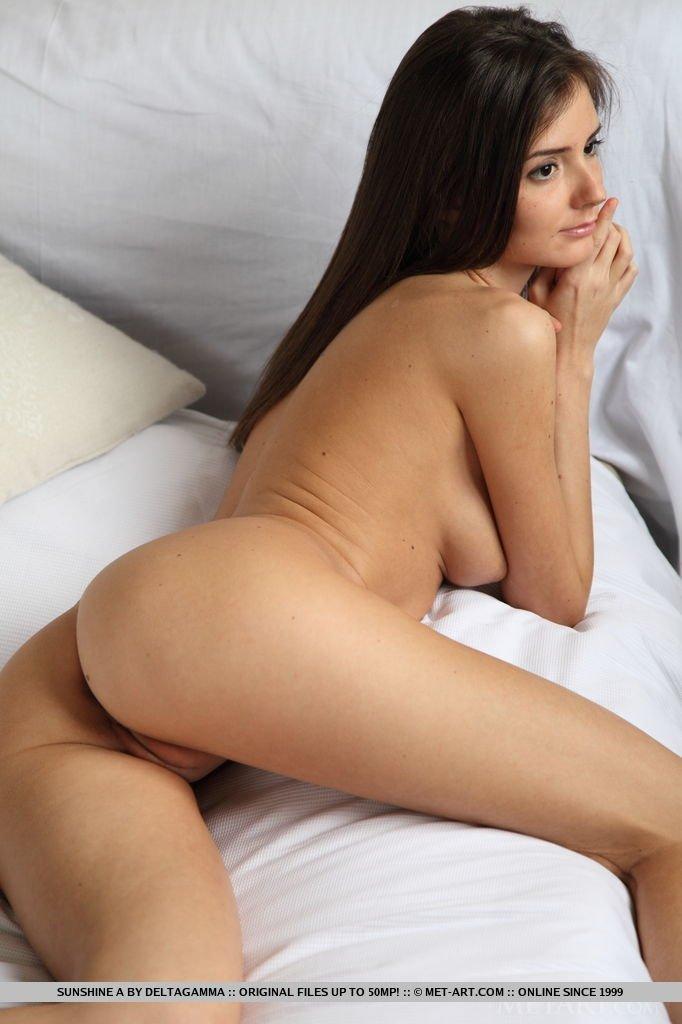 Роскошная девка обнажает свое голые дойки