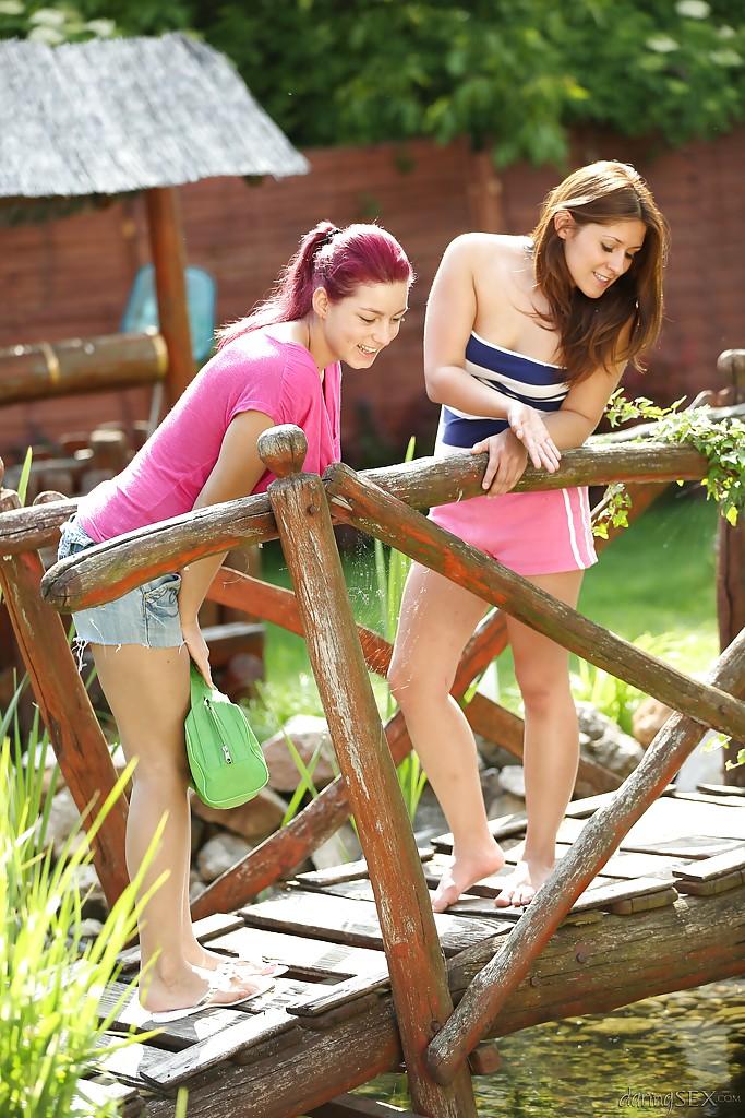 Молодые модели занялись лесбийским интимом на травке у пруда