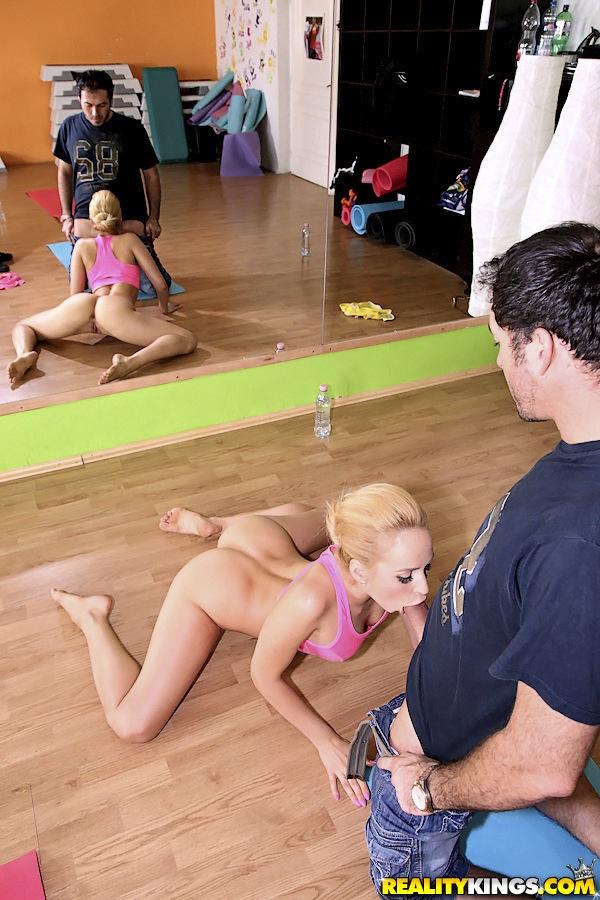 Групповой порево с двумя девушками в фитнес-центре