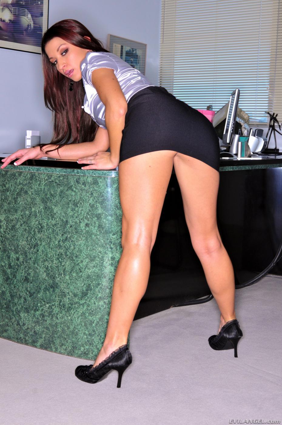 Сексуальная латинская девушка в кабинете Ann Marie поворачивается задницей к камере и блистает себя в трусиках и без них
