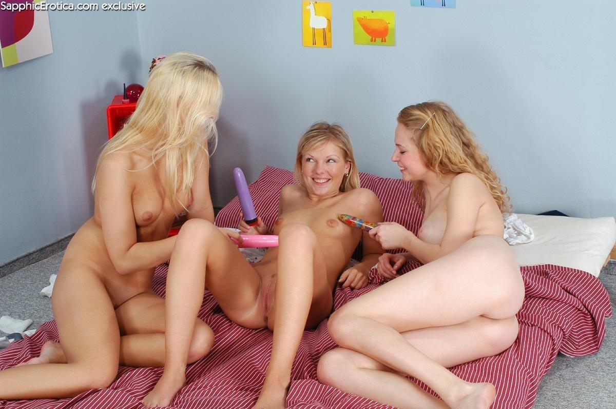 Три лесбиянки увлекаются фистингом – на такой возбуждающее зрелище можно смотреть вечно