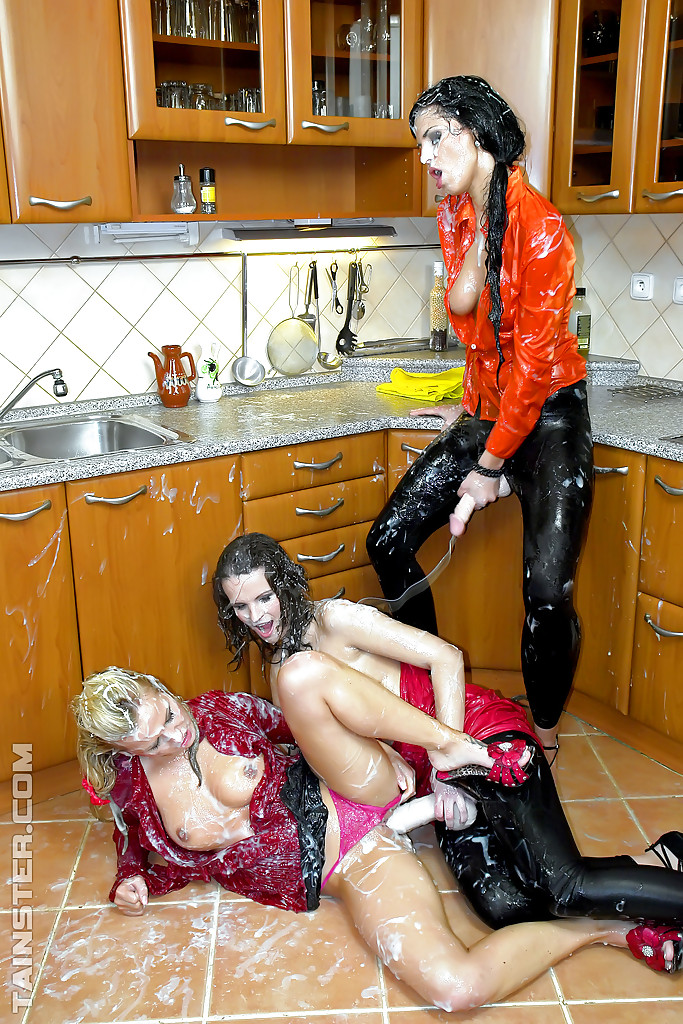 3 лесби балуются дилдами на кухне