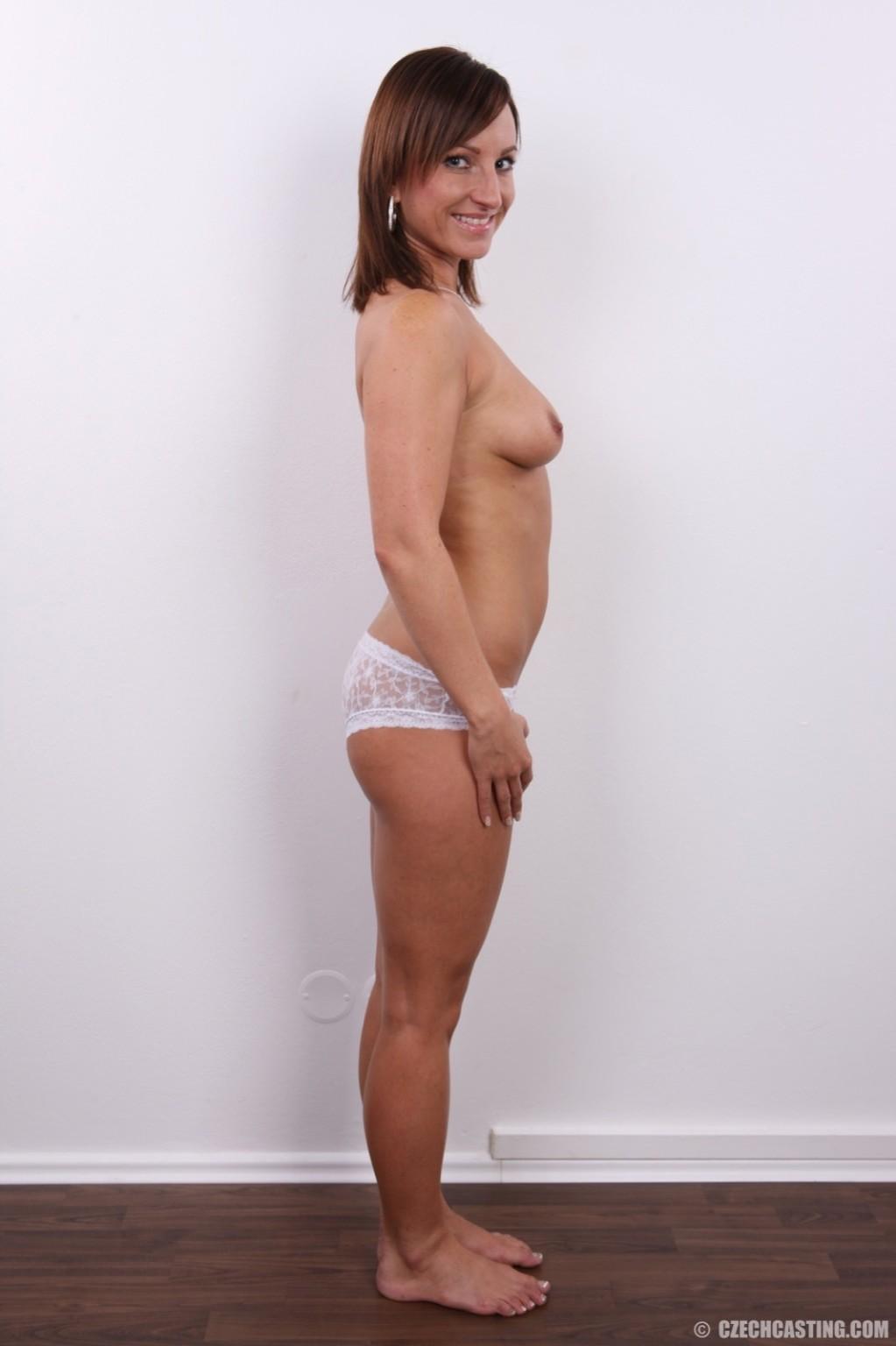 Шалава в белом соблазнительном белье раздвигает себе пизду на камеру