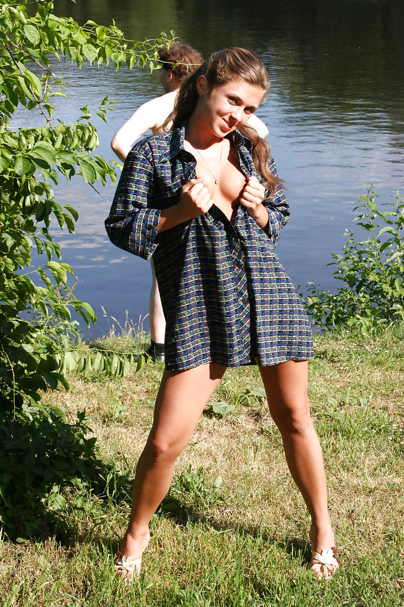 Голая русская мадам на речке
