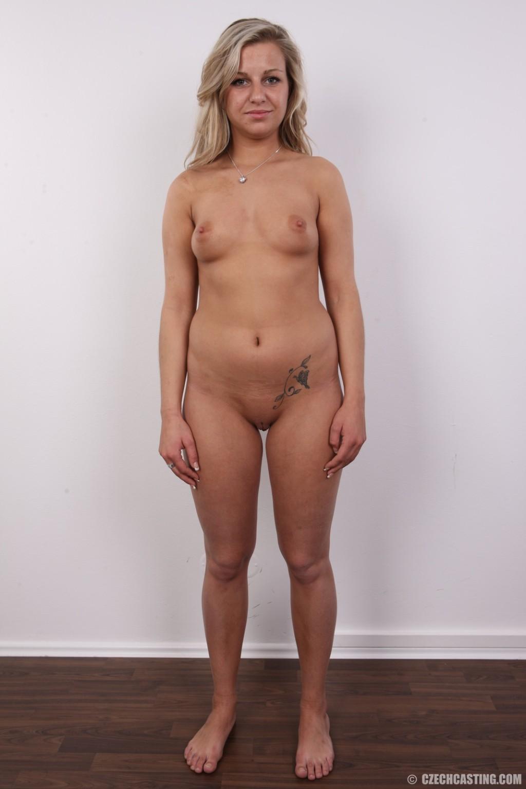 Смелая блондинка решается снять всю одежду перед камерой и показать себя со всех сторон