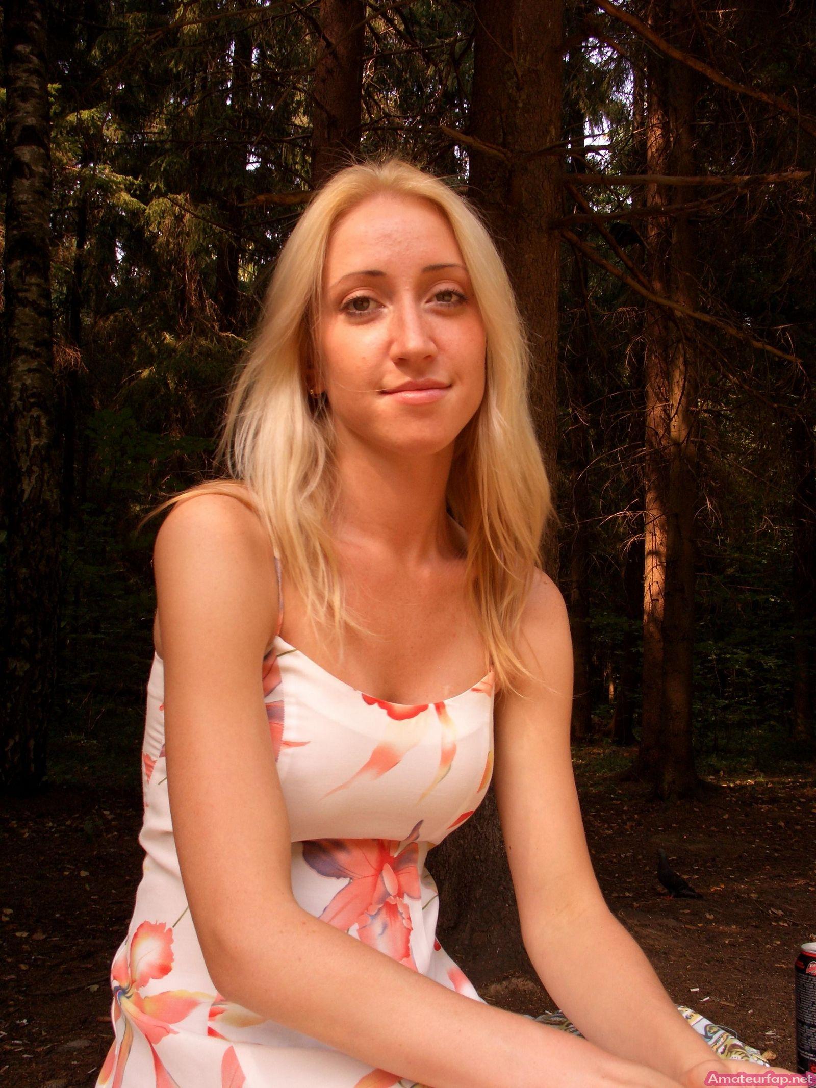 Блондиночка светит вагину и титьки на открытом воздухе