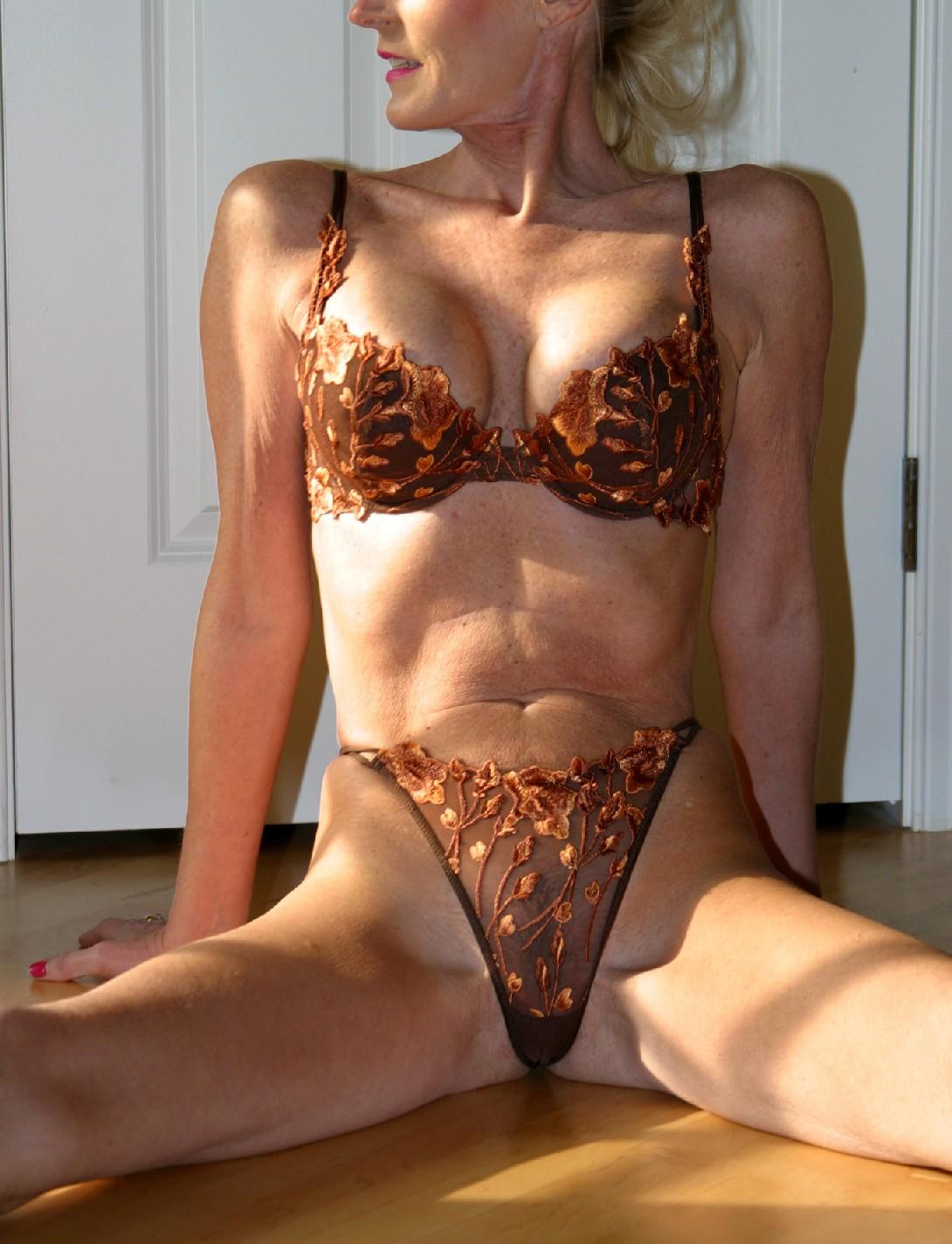 Роскошные мамаши балуются со своими трусами и демонстрируют красивая грудь
