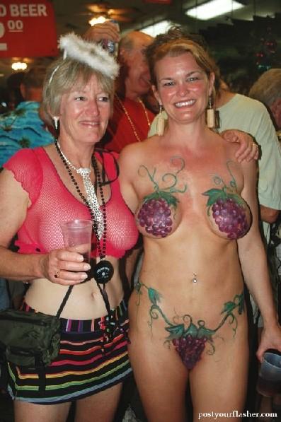 Подборка девушек которые ходят с открытой грудью в публичных местах