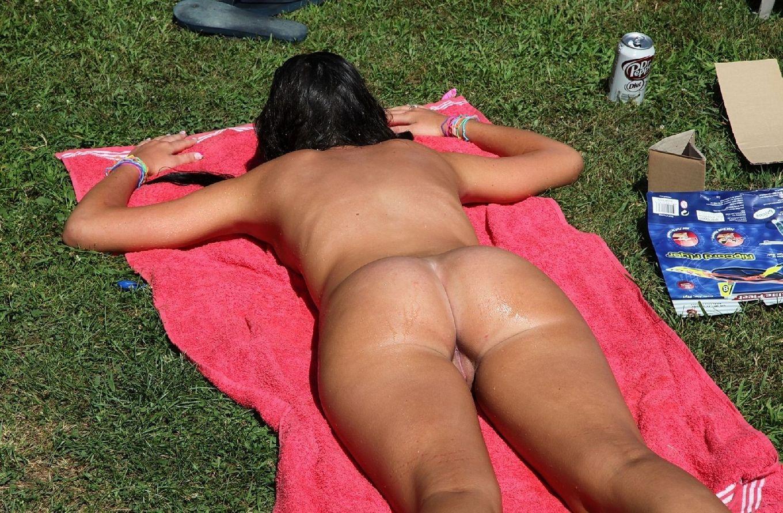 Девки лежат на солнышке на солнышке в парке, да еще и полностью без нижнего белья