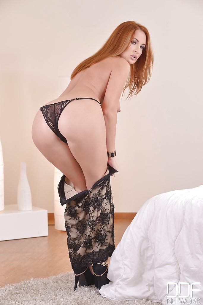 Рыжая проститутка блистает дырочками перед супругом