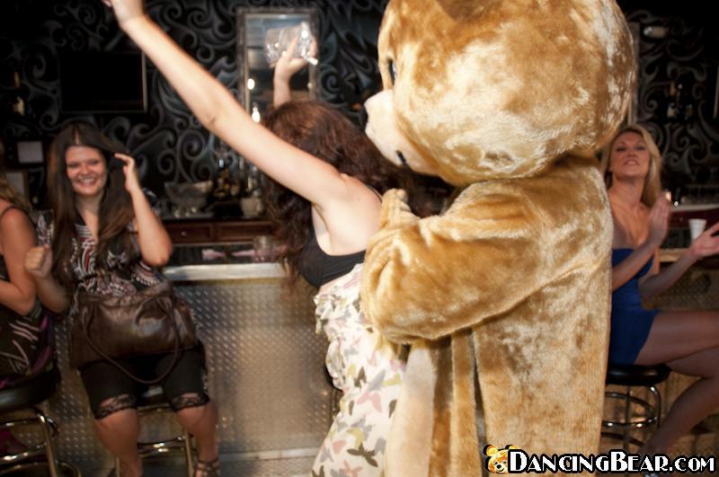 Медведь ебёт девок в рот на секс-вечеринке