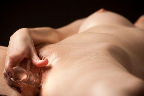 Девахи вгоняют в волосатые дыры стеклянные самотыки секс-фото