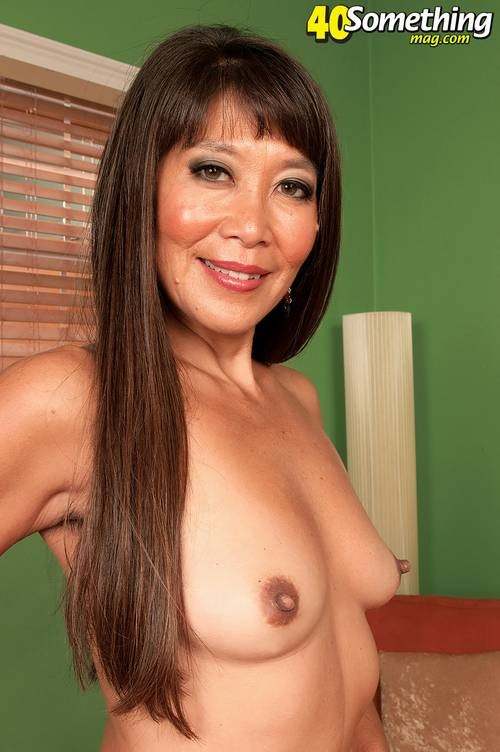 Китаянка Бэкка Роуз показывает свое шикарное туловище, постепенно снимая с себя лишнюю одежду и белье