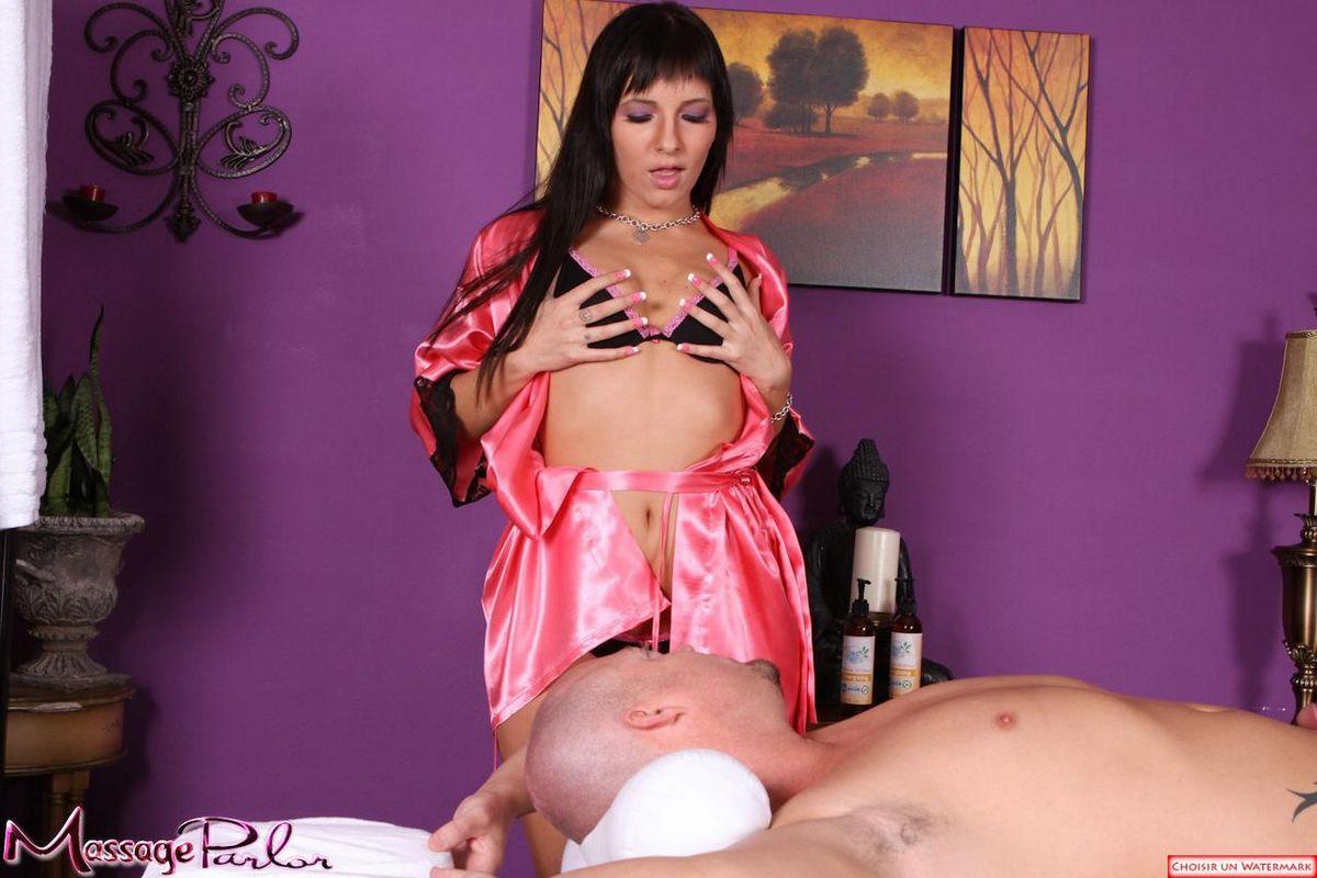 Парнишка делает куннилингус Ashli Orion пока она отсасыват его член