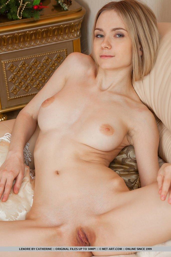 Длинноволосая девка от скуки бахвалится свое голенькое туловище