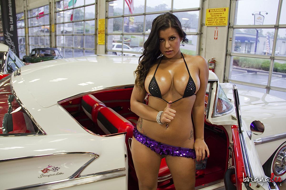 Латинка Briana Lee обнажает груди и вагину в изящной авто