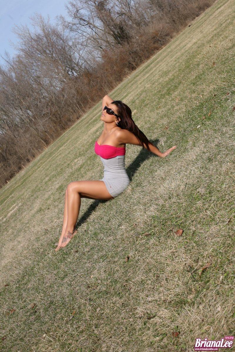 Грудастая латинка Briana Lee хвастается и демонстрирует свои обильные груди на камеру