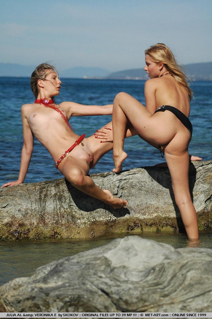 Обнаженные кошечки-лесбияночки Julia Al и Veronika E плавают в море и целуются на берегу моря