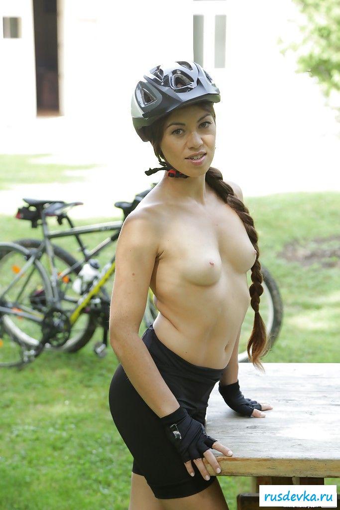 Обнаженная спортсменка выставила напоказ дойки на улице