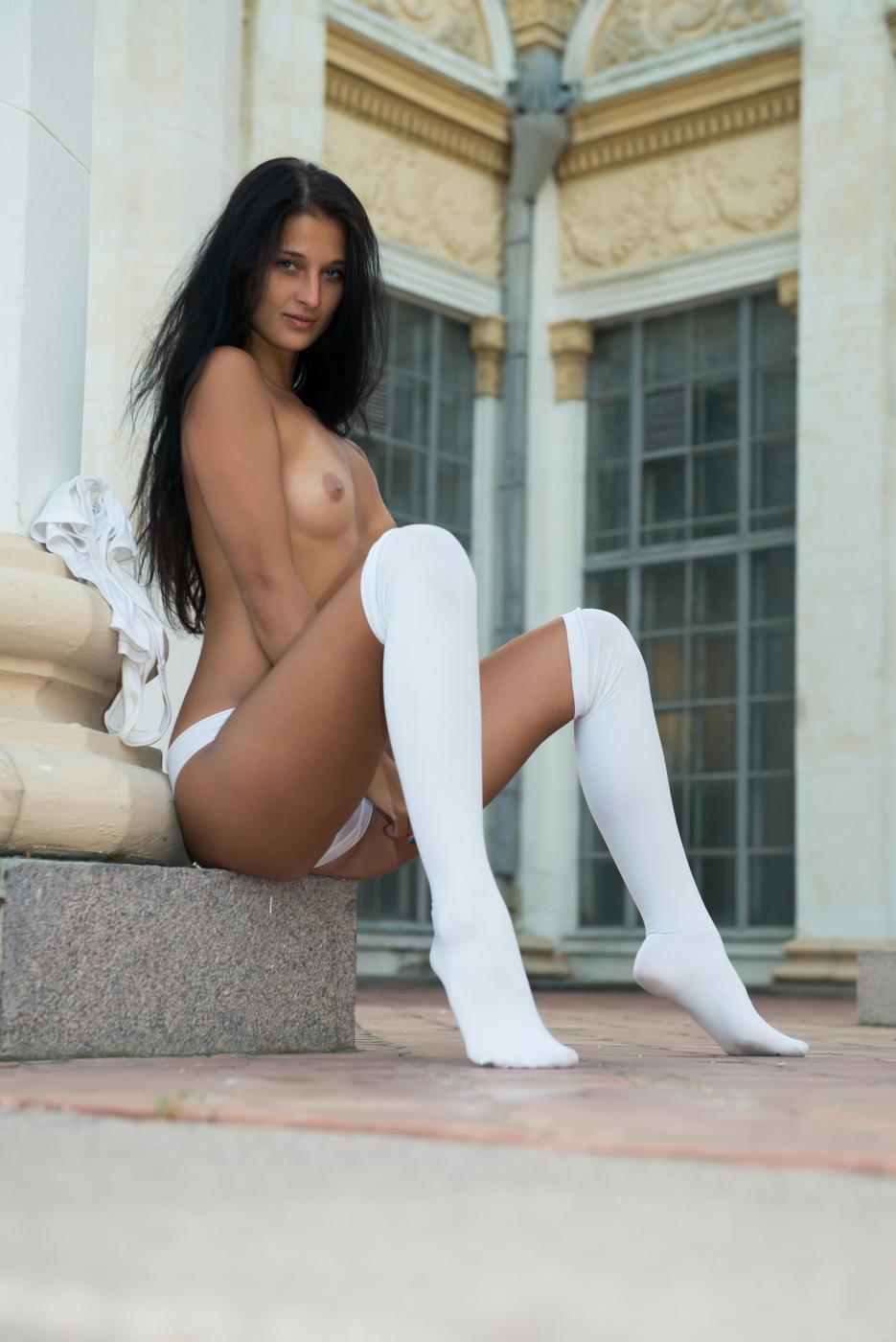 Смуглая и хорошенькая Katya AC показывает свое тело в саду для нас