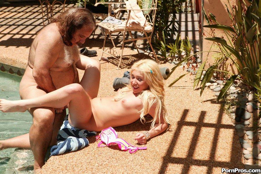 Похотливый сосед в возрасте ебёт юную блондиночку Parker Page в тугую киску в общественном месте