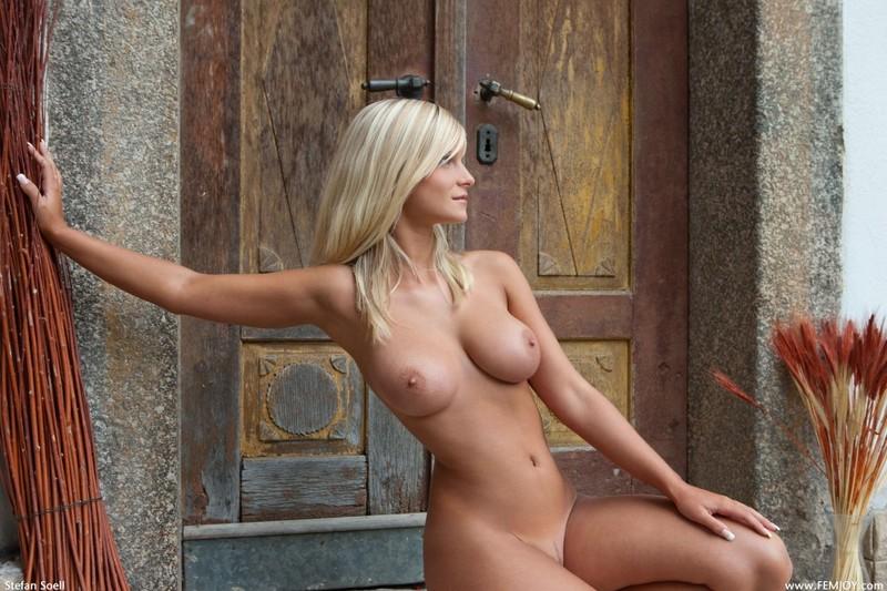 Возбуждающая сисястая блондинка снимается не одна