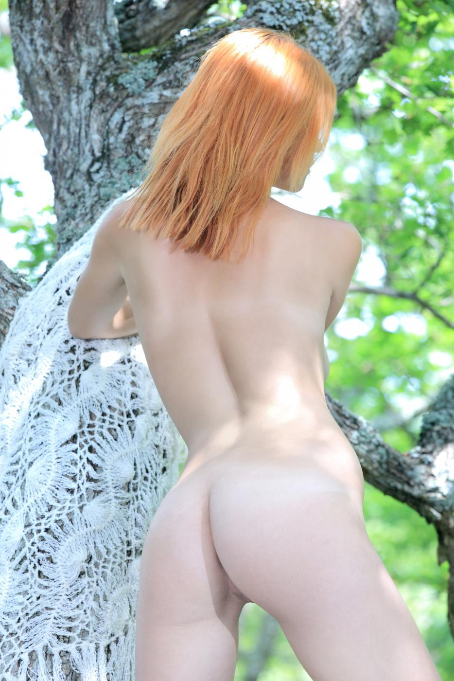 Молодая красавицаViolla A около дерева рада, что никто не видит ее убойного голого тела