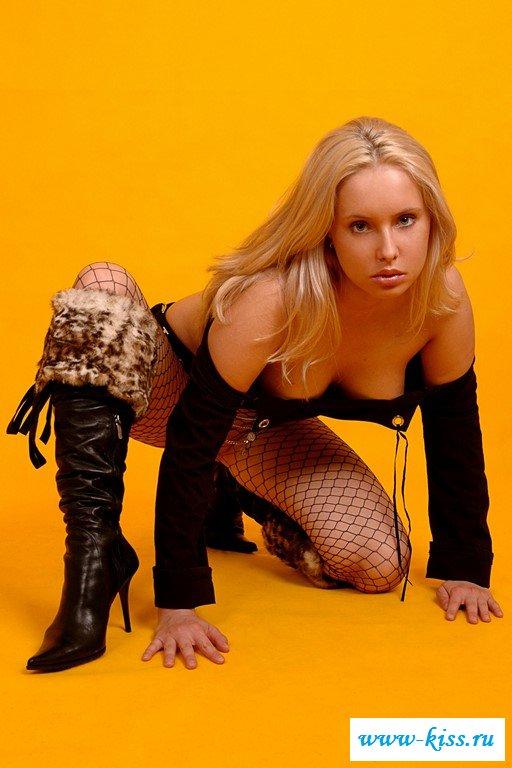 Нейлон на ногах сексапильной блондиночки