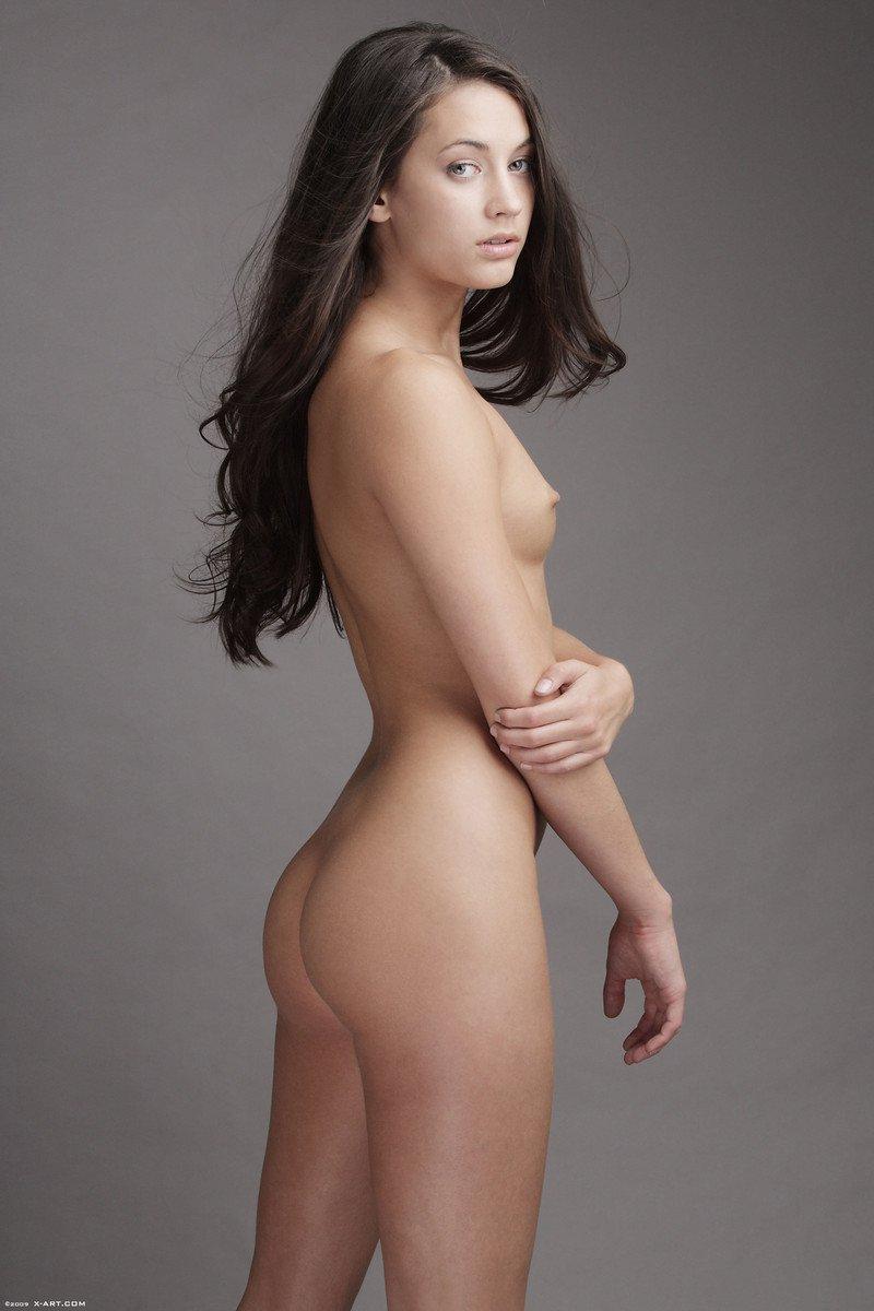 Georgia Jones с крохотными сиськами и маленькими сосками снимает черную юбке немного попозировав без нижнего белья