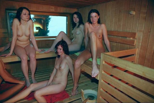 Девки с парнями развлекаются в сауне без нижнего белья