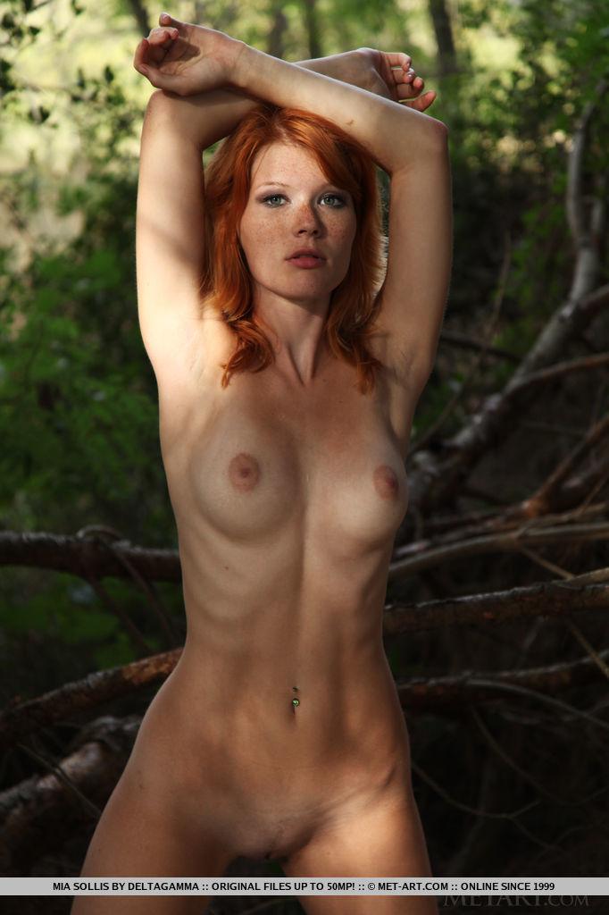 Стройная баба посреди леса показывает нагое туловище