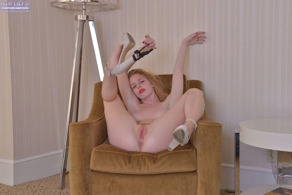 Alexia Sirens снимает лифчик у мягкого кресла