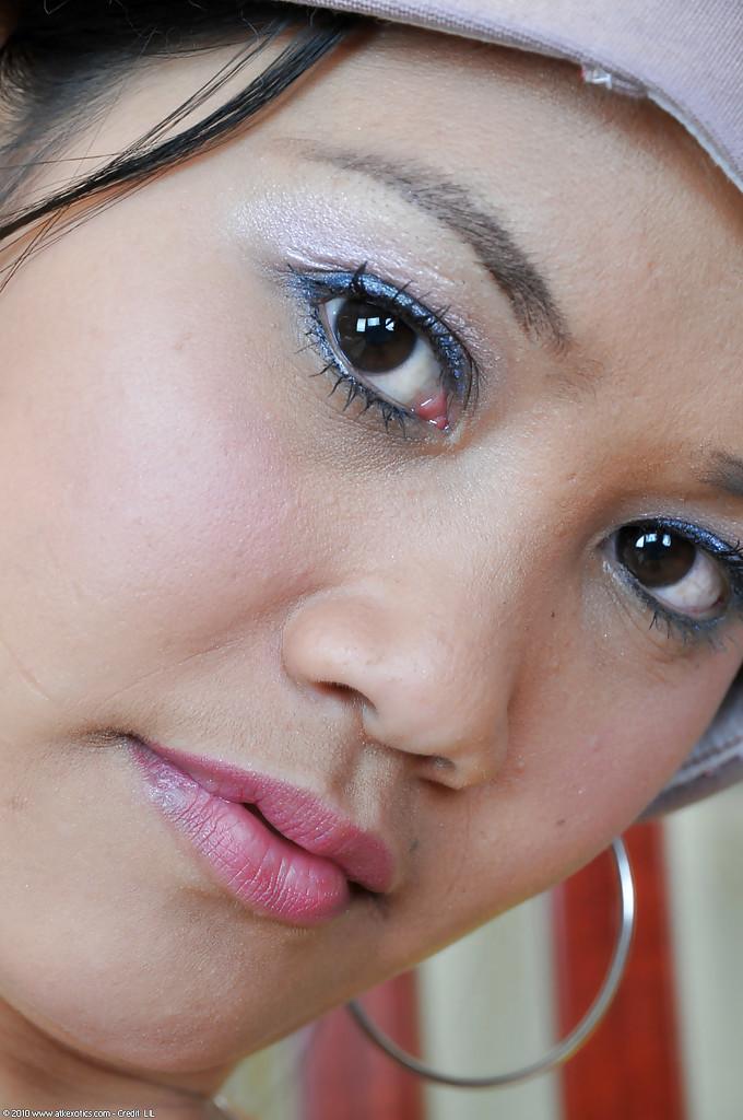 Китаянка в камуфлированных трусах показывает пизду на удобном стуле