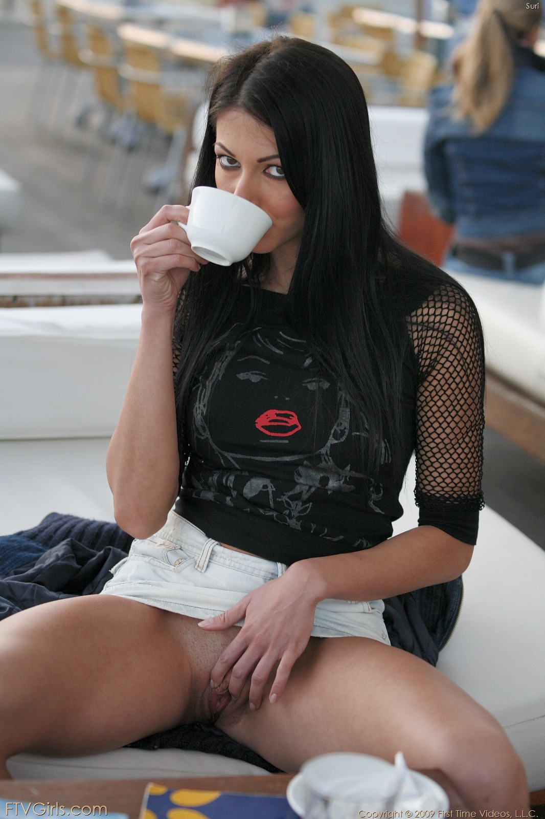 Брюнетка Brigitte Hunter в мини-юбке показала свою побритую пизду на посреди улицы