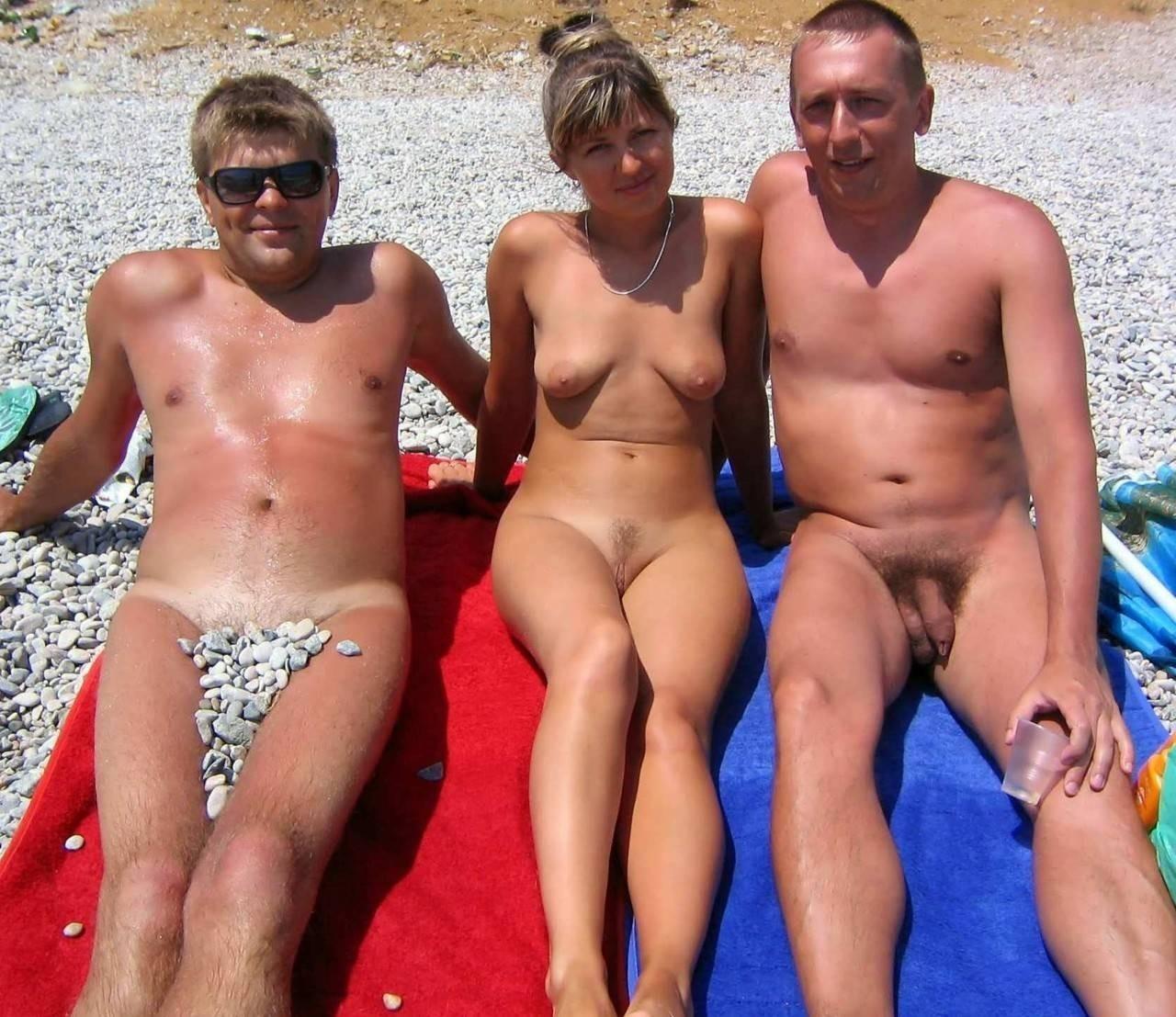 Обнаженные тёти на нудистском пляже
