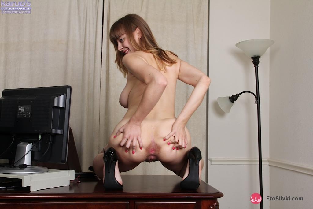 Модель любительница Эмили с увесистыми буферами фоткается на рабочем месте и показывает пизду