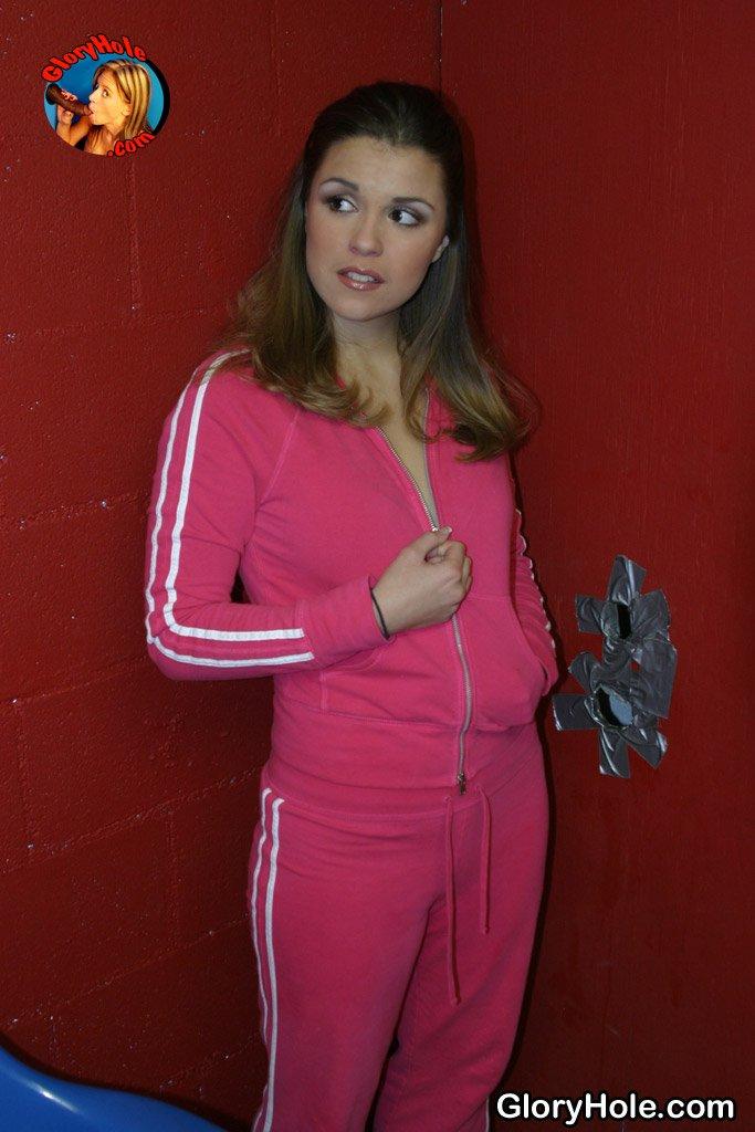 Милашка Katie Thomas оголяет свои дойки и сосет через стену