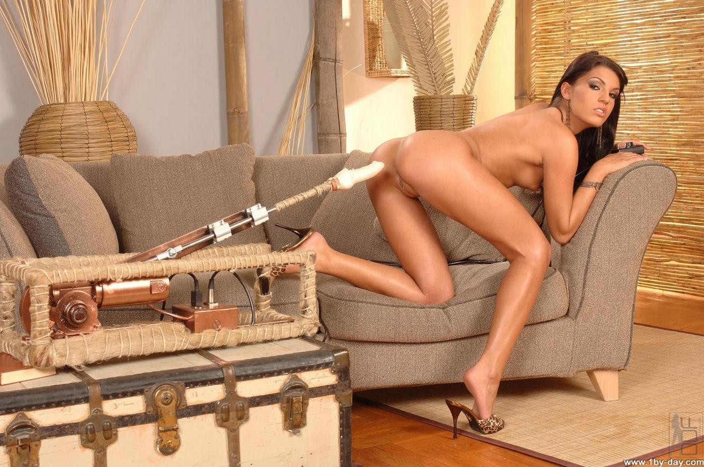 Возбужденная Serilla Lamante использует секс-машину во время дрочки для большего удовольствия