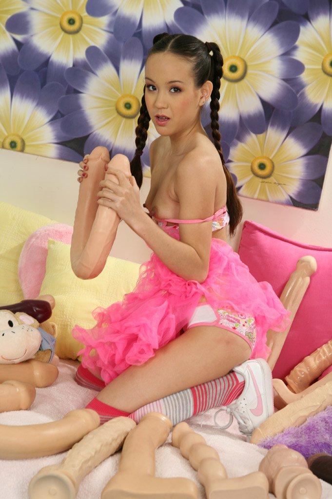 Крохотная с восточными косичками модель Amai Liu отбирает киски огромного размера