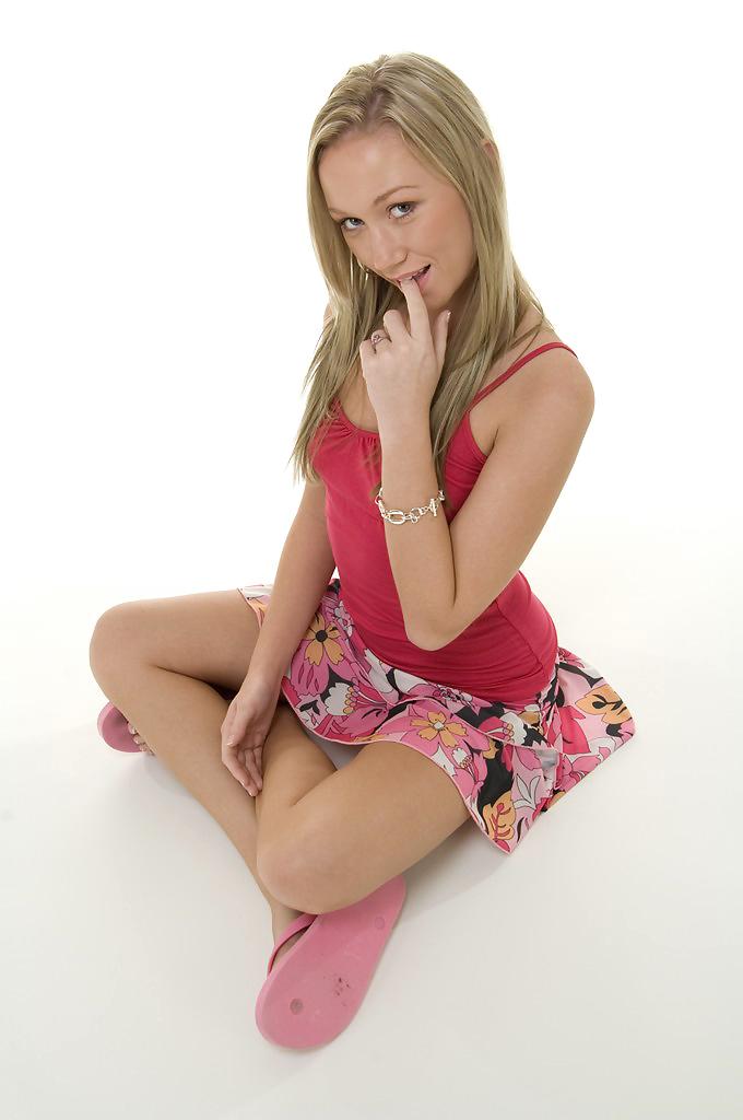 Стройная молоденькая няшка Madison Scott снимает с себя всё чтобы раздвинуть и продемонстрировать свои голые прелести