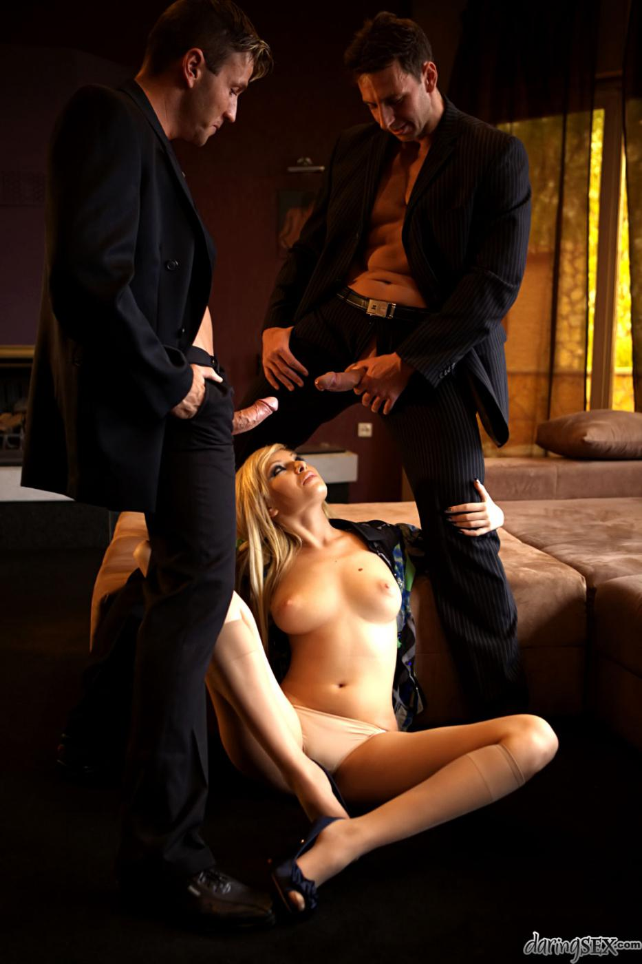 Два паренька трахают светлую модель Donna Bell в рот и в попку
